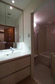 三面鏡つき独立洗面台です