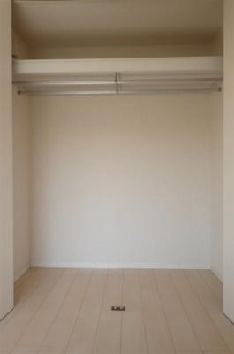 洋室6.1帖のお部屋にあるクローゼットです♪かさばりやすいコートなどもハンガー掛けができてすっきり片付きます♪