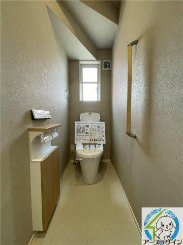 1階だけでなく2階のトイレにもウォシュレットがついています!壁に小棚があるのがポイントです☆
