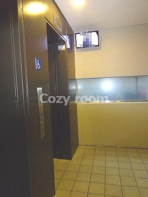 1階エレベーターホールには「防犯カメラ」があります。