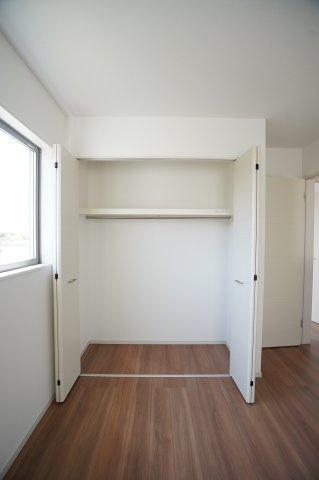 7.5帖の寝室です。アクセントクロスがおしゃれなお部屋です。