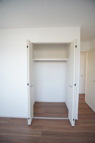 ドアのないWICは洋服などを出し入れしやすく、風通しも良いので湿気がこもる心配が少なくなりますね。
