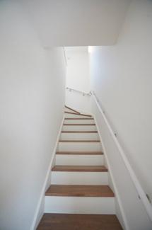 リビングイン階段はリビングの灯りが階段へさしこむので、夜にお子様が目を覚まし下へ降りて来るときに安心感があります。家族が自然に顔をあわせるので会話が増えそうですね。