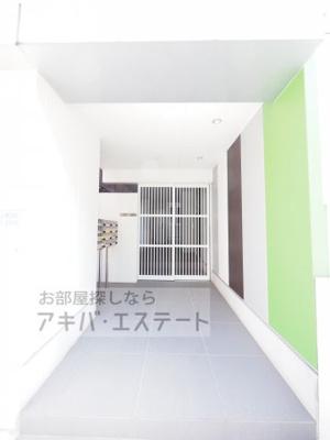 【エントランス】VARY's北千住(バリーズキタセンジュ)