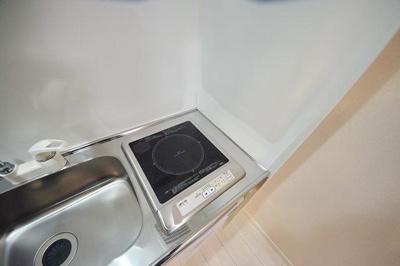 コンパクトなキッチンで掃除もラクラク ※写真は別部屋のイメージ用写真です。