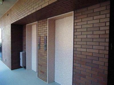 マンション敷地内にはエレベーター2基ございます。