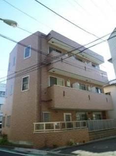 閑静な住宅街に茶系統に統一されたマンション