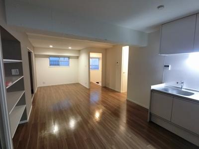16.14帖のリビングは開放感がございます。 ダイニングテーブルやソファー、ローテーブルなどの家具もしっかりと配置できます。