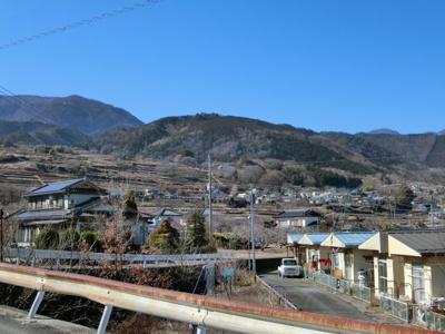 北西側には、四季折々の山々の景観が広がります。