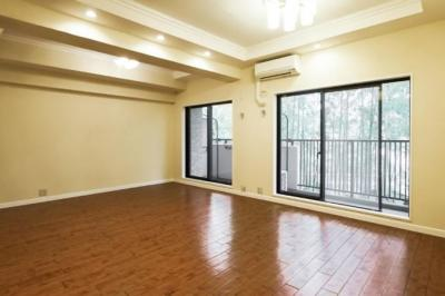 16.0帖のリビングは天井高約2.8mの開放感のあるスペースです。 キッチン側をダイニング、居室がある側をリビングとして、左右で振り分けて利用しやすいです♪