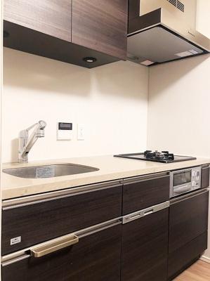 便利なシステムキッチンには豊富な収納スペースがございます。