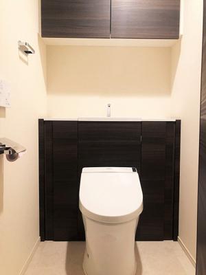シャワー付の快適なトイレには上部に収納棚付です。