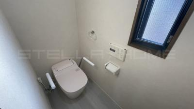 落ち着いた色調の2階トイレです。
