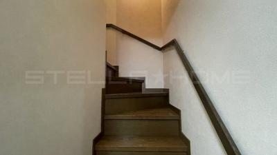 階段には手すりがあります。