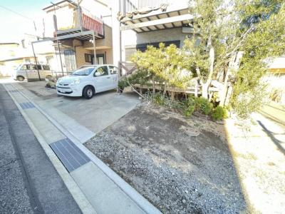 敷地内駐車スペースございます。2台分駐車可能です。(ウッドデッキ撤去可能で、その場合は3台駐車可能)