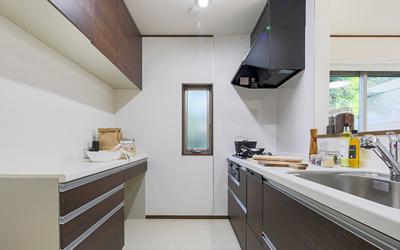 ビルトイン食器洗浄乾燥機・浄水器一体型シャワー水栓等を搭載した機能的なシステムキッチン。※同社施工例