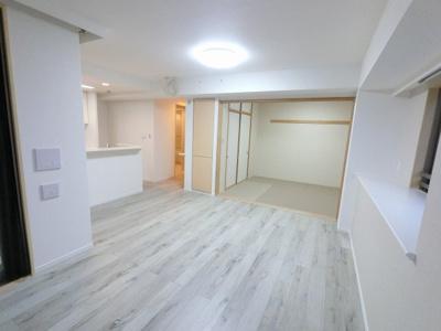 15.7帖のリビングは3面採光で日当たり・風通し◎ 和室の引戸を開放して広い空間としてもお使いいただけます。