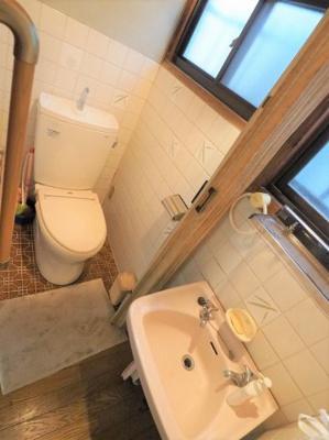 洗面台付きのトイレです、窓付きで採光・通風良好!
