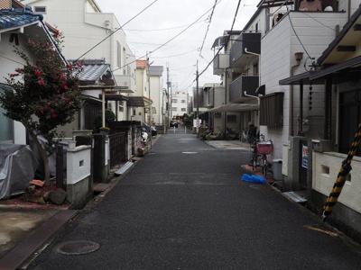 閑静な住宅街で、通りは広々しております。