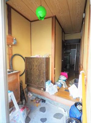 室内の玄関は広々しております