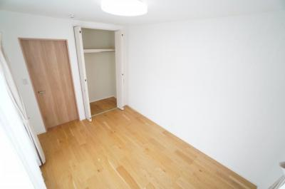 【東側洋室約6帖】 サブバルコニーに面し 居室にはクローゼットを完備。 自由度の高い家具の配置が叶うシンプルな空間です。 お子様の成長と必要になる子供部屋にするには ぴったりの間取りですね。