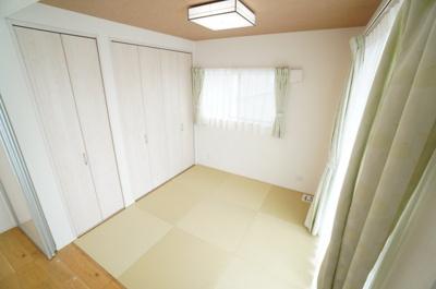 【和室】 リビングに繋がる和室ですが、こちらも南側にも窓があり、2面採光としております。 とても明るくリビングと一体として使用すれば、約23帖の大空間が生まれます!