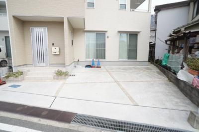 駐車スペースは普通車が楽々2台停められるスペース。 コンクリートを敷設していますので、 雑草が生えず、お手入れも楽々です!
