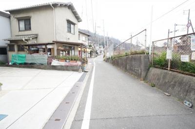 前面道路は3.3mとなります。 駐車場に対しての間口は狭くないので、 車庫入れも楽で良さそう!