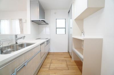 【システムキッチン】 収納力が格段にUPするカップボード! 浄水器一体型のハンドシャワー水栓、 一度に5人分の食器が洗える食器洗い乾燥機。 洗面所への通路と、家事動線も良! 毎日の家事が少しでも楽に!