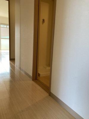 玄関から居室へ向かう廊下です。