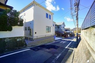 両面道路で開放感があります。 裏は区画の綺麗な住宅地♪