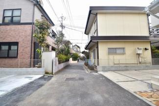 4m幅員の前面道路。落ち着いた雰囲気の住宅エリア。
