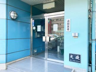 【エントランス】コクサイエアロマリン新山下事務所倉庫2階
