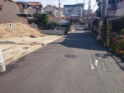前面道路は幅員約6mにつき、安心してお車の出し入れをしていただけます。高低差も比較的ございません。