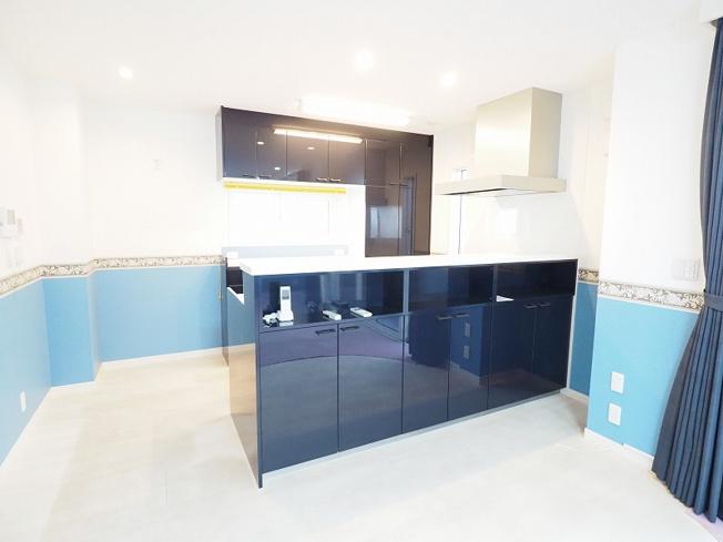 オープンキッチンでリビングダイニングを見渡せる気持ちのよいキッチン!シンプルで洗練されたデザインのシステムキッチンは機能も充実♪