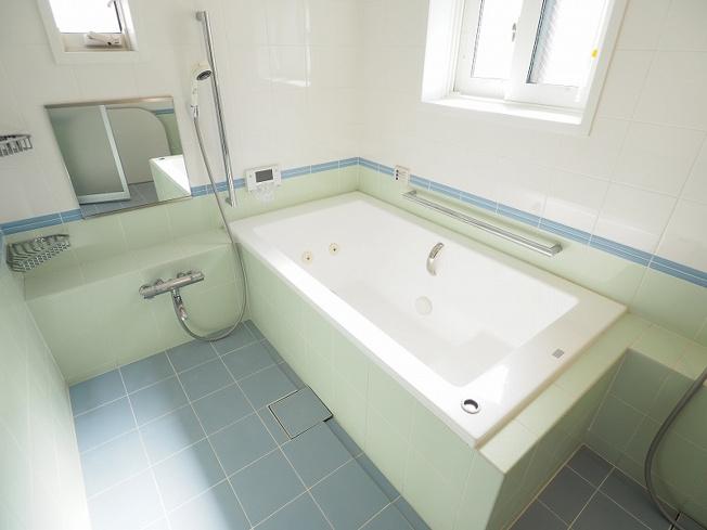 日の疲れを癒すバスルーム、洗い場が2か所ありお子様と一緒に入ってもゆとりある広さです。
