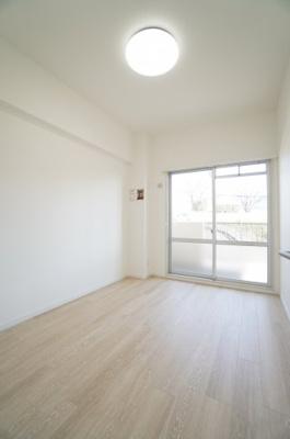 【東側洋室約5帖】 穏やかな風と陽光を導き、 プライバシーに配慮された設計プランを採用し、 居住性を一段と心地よいものにしています。 さらに、間口を広く設けることで、 明るく開放的な空間を演出!