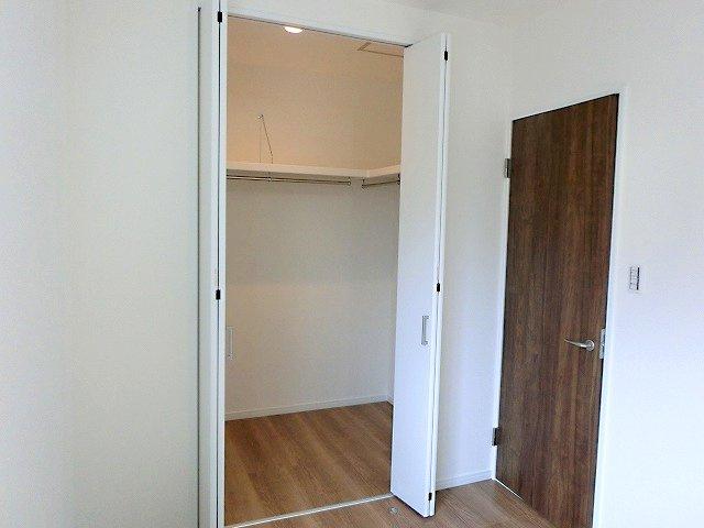【現地写真】ゆったりスペースのクローゼットは季節物の収納にも♪ 居室クローゼットは、洋服やクリアーボックスなどもしまえるクローゼットを設置