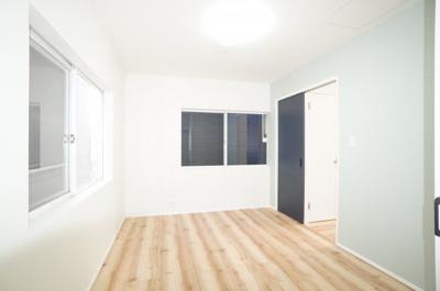 【北側洋室約6帖】 居室にはクローゼットを完備し、 自由度の高い家具の配置が叶うシンプルな空間です。 お子様の成長と必要になる子供部屋にするには ぴったりの間取りですね。