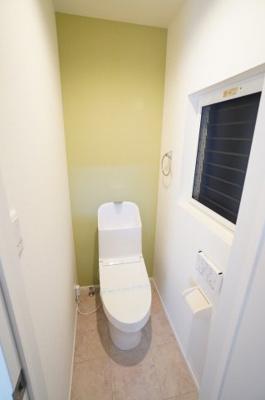 【機能がポイント!】  衛生面で特に気になる水周りに関しては キレイにリフォームが成されています。 トイレの温水洗浄便座付き便器も 新規交換されており、快適にご利用頂けます。