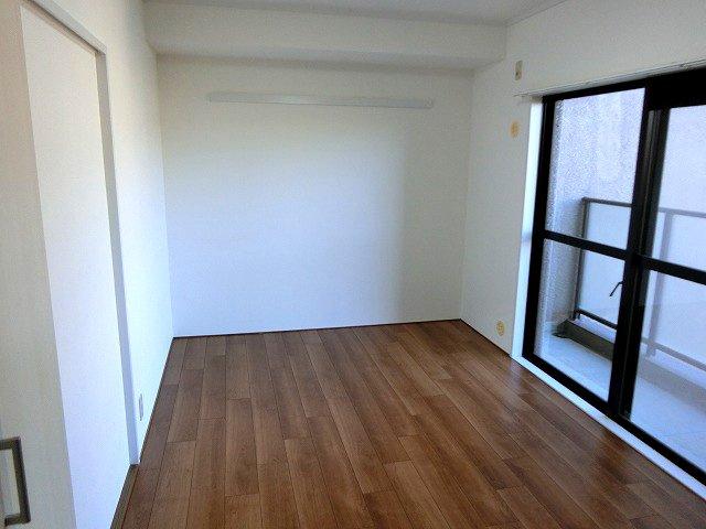 【現地写真】 独立性を高めたお部屋。たっぷりの収納も配備しており、片付いた空間を現実出来そう。陽光も降り注ぐ明るく開放的な空間が魅力的。