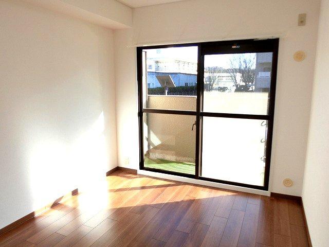【現地写真】光が入る洋室は気持ちが良いですね♪落ち着いたカラーで仕上げたリラックス空間です♪