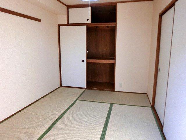 【現地写真】和室にも収納があります。お子様のお昼寝など、やすらげる空間です♪
