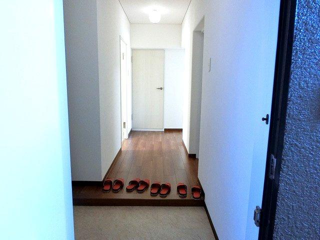 【現地写真】玄関を開けると、明るい日が差し込むリビングへと誘う廊下。一日あったいろんなことを胸に帰る我が家。「ただいま」と「おかえり」が交わされる幸せな空間が待っています♪