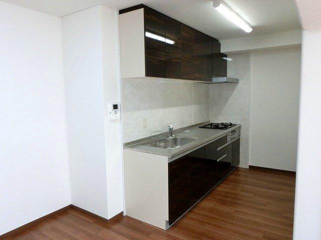 【現地写真】 機能性溢れるキッチン。大人2人で料理を作ってもゆったり使用できる広々キッチンです♪