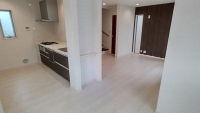 オープンシステムキッチンと一体で広々空間♪ 新築戸建の事ならマックバリュで住まい相談へお任せください。
