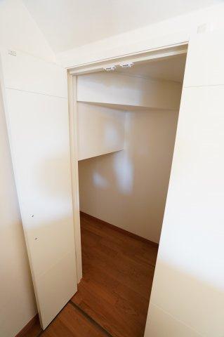 キッチン横のパントリー収納です。 買い置きした食品や飲料水など収納するのに便利です。