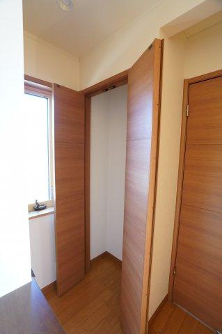 2階ホール収納です。 季節物の家電や買い置きした日用品等収納するのに便利です。