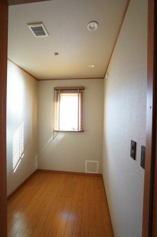 2階 2.5帖 書斎です。 一人静かにPC作業するのに丁度良い広さです。窓もありますので換気できます。