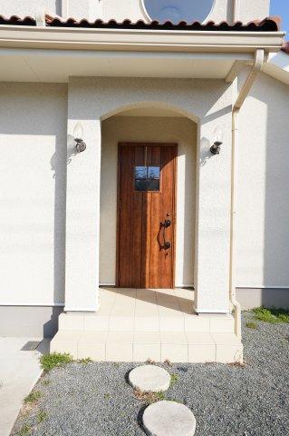 やさしい雰囲気の木目調の玄関ドアで来客をあたたかく迎えます。